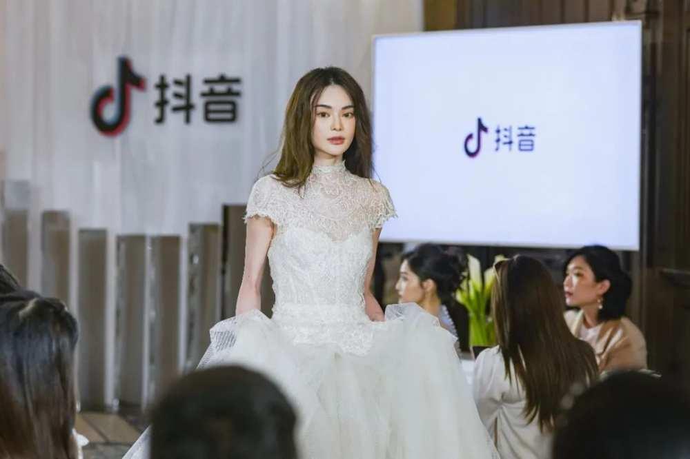 """什么是""""时尚""""星球?百位抖音女孩身着VERA WANG婚纱告诉你答案-第10张图片-周小辉博客"""